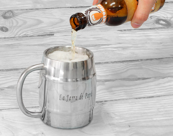 Jarra de cerveza grabada con forma de barril for Jarras para cerveza